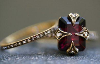 anillo con diamantes y rubí gótico