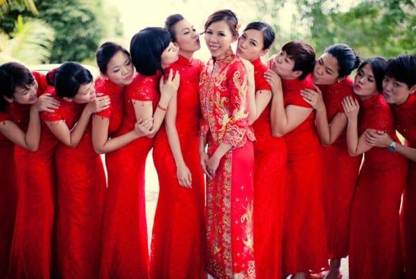 Novia china en vestido rojo