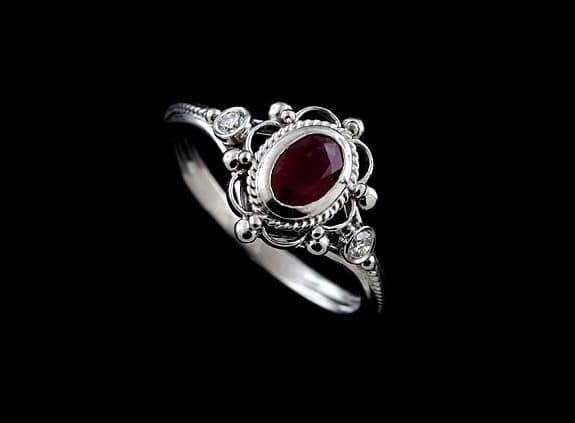 anillo de boda oro blanco y piedra roja