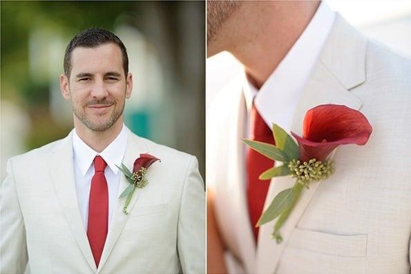 traje de novio blanco con flor