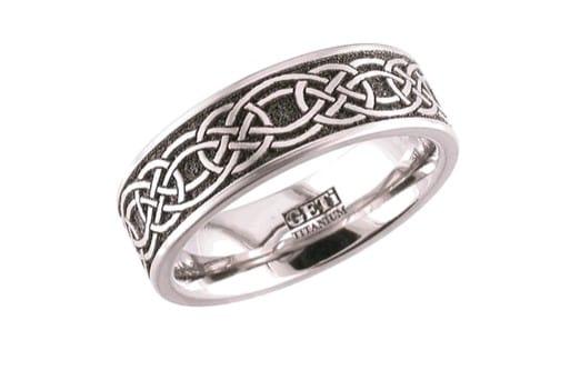 anillo clásico de titanio