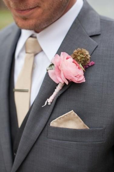traje de novio con flor rosa