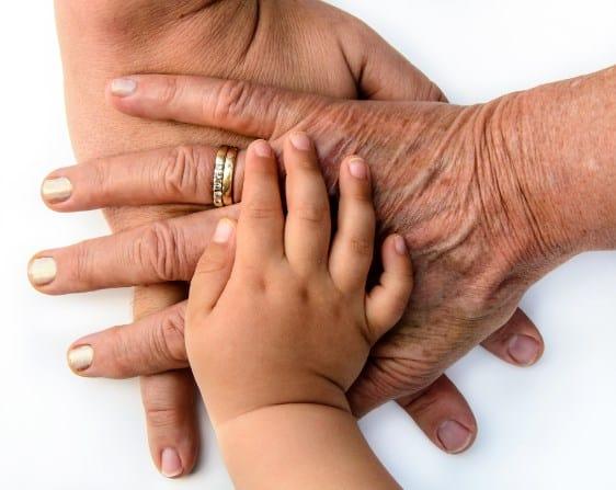 manos de tres generaciones