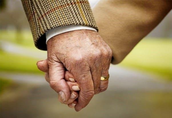manos de una pareja mayor