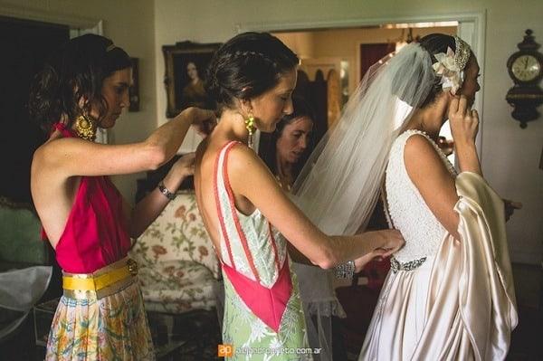 amigas preparando el vestido en argentina