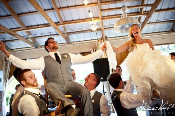 Novios elavados en la boda judia