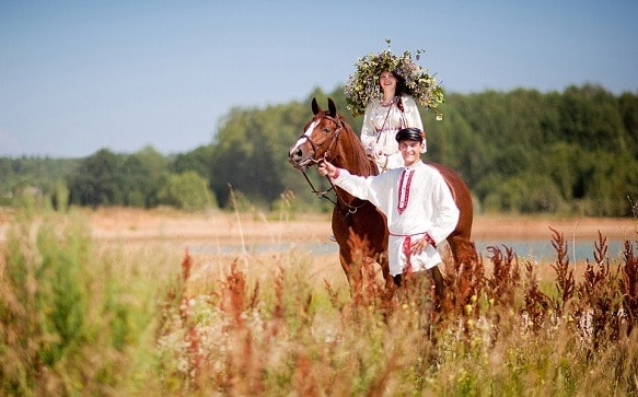 pareja en ropa tradicional rusa