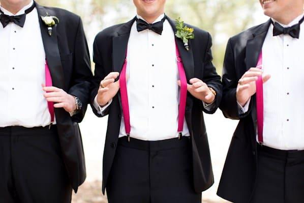 traje de novio con tirantes rosas