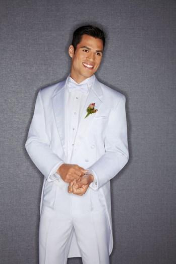 traje blanco con flor