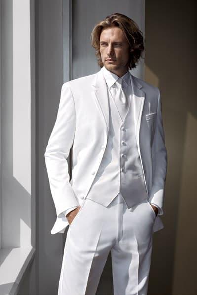 1dd0a685386a3 8 Trajes Blancos que Destacarán a Cualquier Novio - Bodas originales