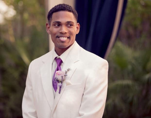 traje blanco con corbata violeta
