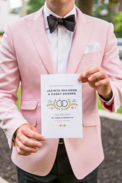 traje de novio rosa claro