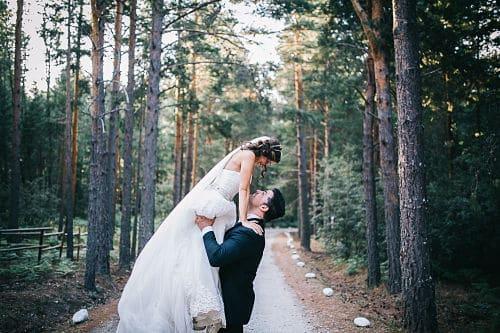 Recién casados entre pinos
