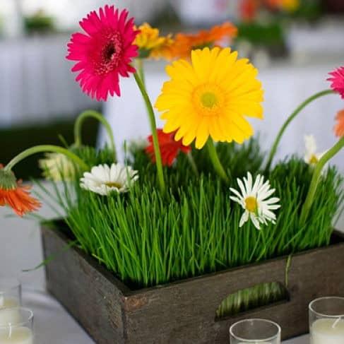 Detalle de mesa en boda con gerberas