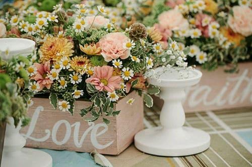 Mesa decorada con flore silvestres