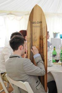 El libro de firmas en una boda surfera