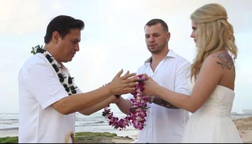El ritual de las guirnaldas en una boda hawaiana