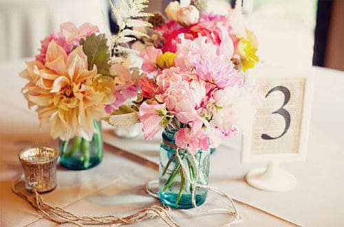 Flores silvestres en jarrones