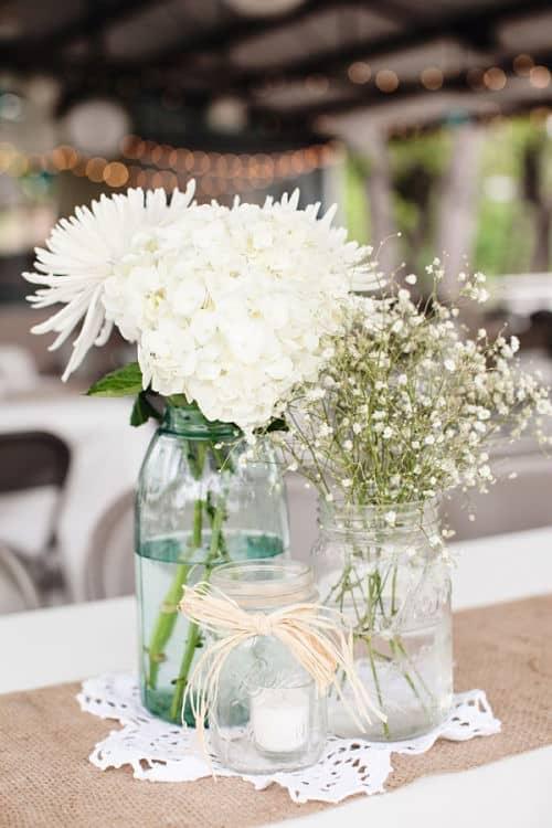 Flores decorando una mesa
