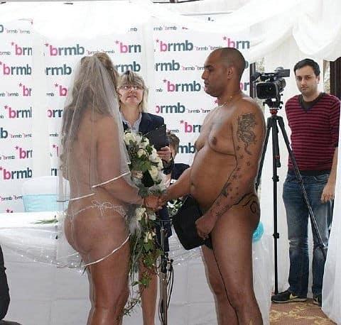 La ceremonia de una boda nudista