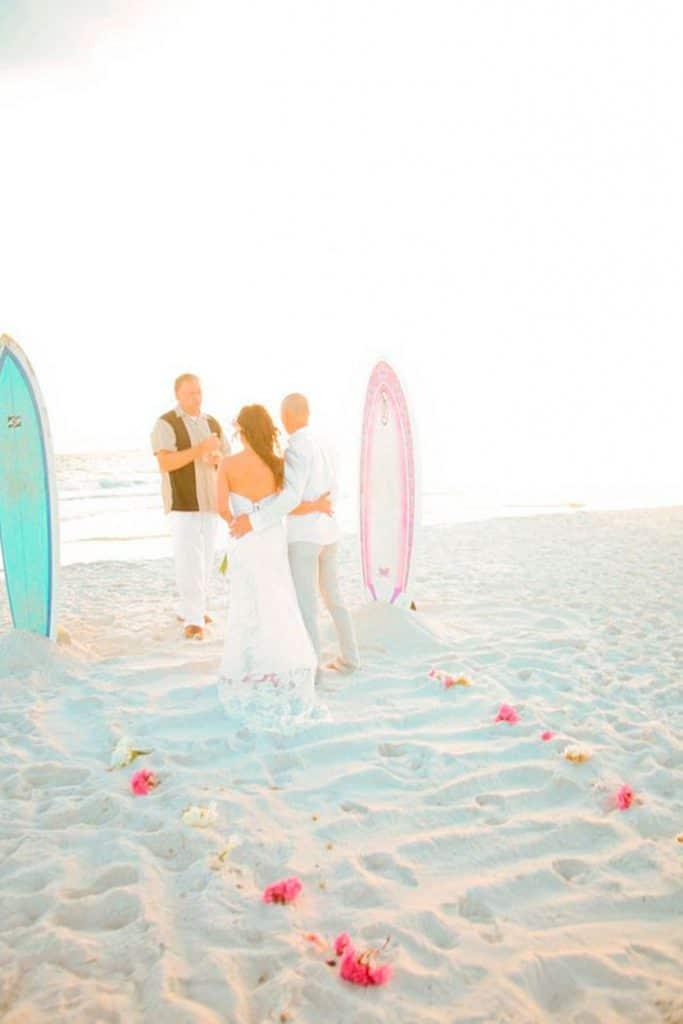 La ceremonia de una boda surfera