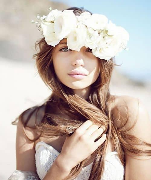 Novia con corona de flores y pelo largo