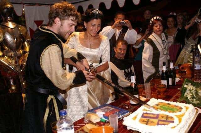 Cortando la tarta de su boda medieval