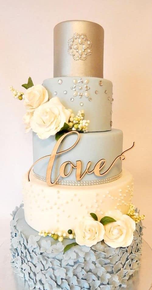 Tarta de bodas con detalles dorados