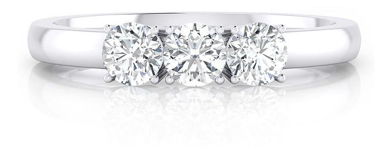 3ef60b7b1d98 Los tres diamantes centrales de este anillo de diamantes sobresalen sobre  el brazo