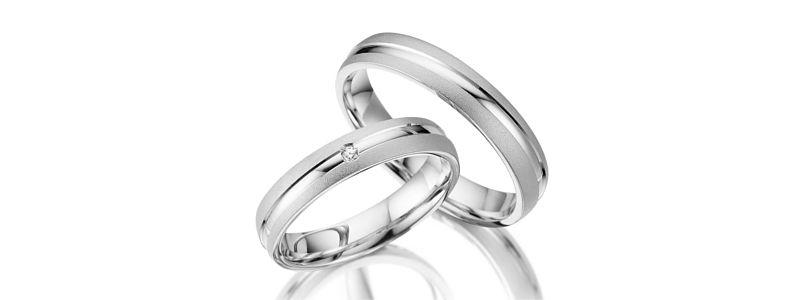 f7e5021869f4 Juego de dos alianzas de plata 925 con 3 circonitas. Los anillos tienen  4