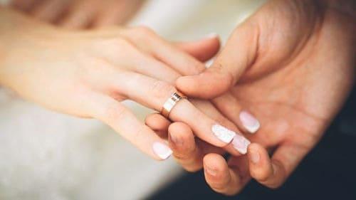 Alianza de boda en mano derecha
