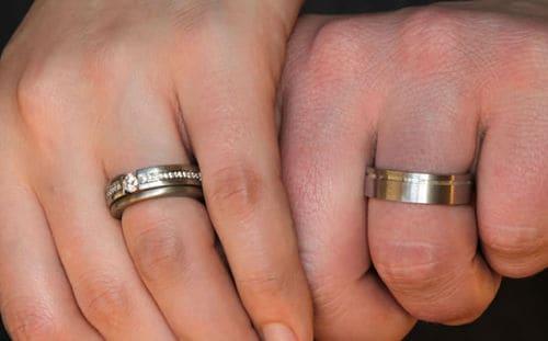 Alianzas de boda en mano izquierda