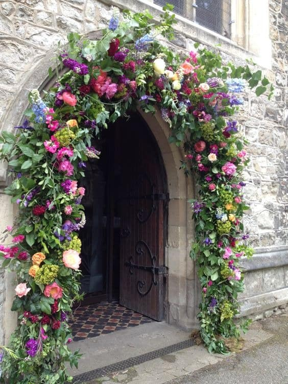 Arco de entrada con flores para boda