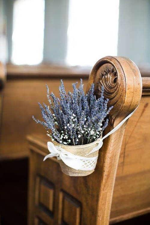 Detalle decoración en banco de la iglesia