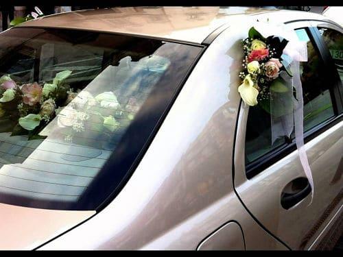Detalle de flores en el coche de boda