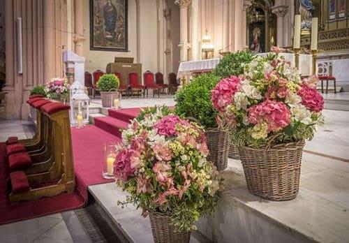 El altar de la iglesia para boda
