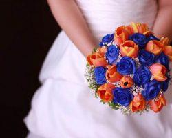 Flores azules y naranjas