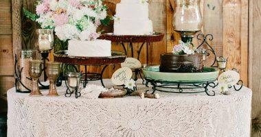 Mesa con mantel de ganchillo