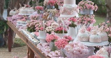 Mesa de chuches con muchas flores