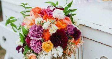 Mueble envejecido con muchas flores