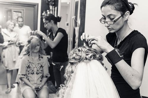 Novia preparándose en peluquería