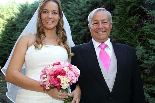 Novia y padrino con corbata rosa