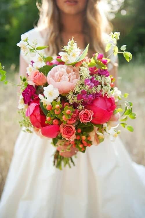 Ramo de novia asimétrico con flores variadas
