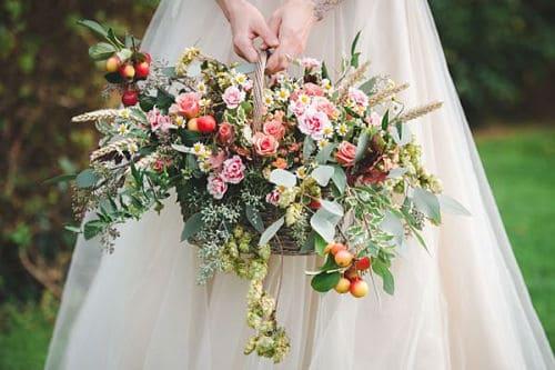 Ramo de novia en cesta de mimbre