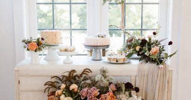 Tocador con flores y tela de lino