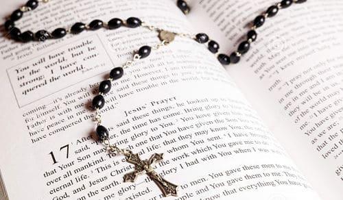 Biblia y rosario de boda