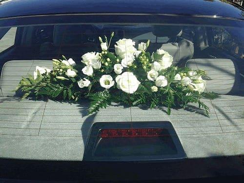 Centro floral en bandeja de coche