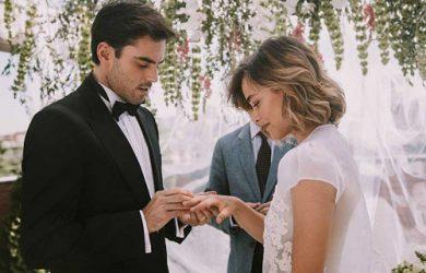 Intercambio de anillos en una boda civil