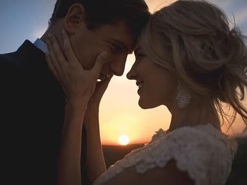 Enamorados mirándose a los ojos con amor