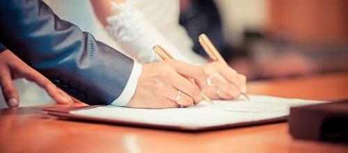 Firmando el contrato matrimonial en boda civil